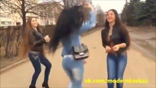 vidmo org Krasivye Devushki tancuyut na ulicakh goroda  854