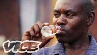 アフリカ密造酒「ワラジ」 - Africa's Moonshine Epidemic