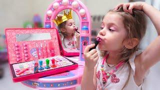 Ева как принцесса делает макияж. Красавица и чудовище