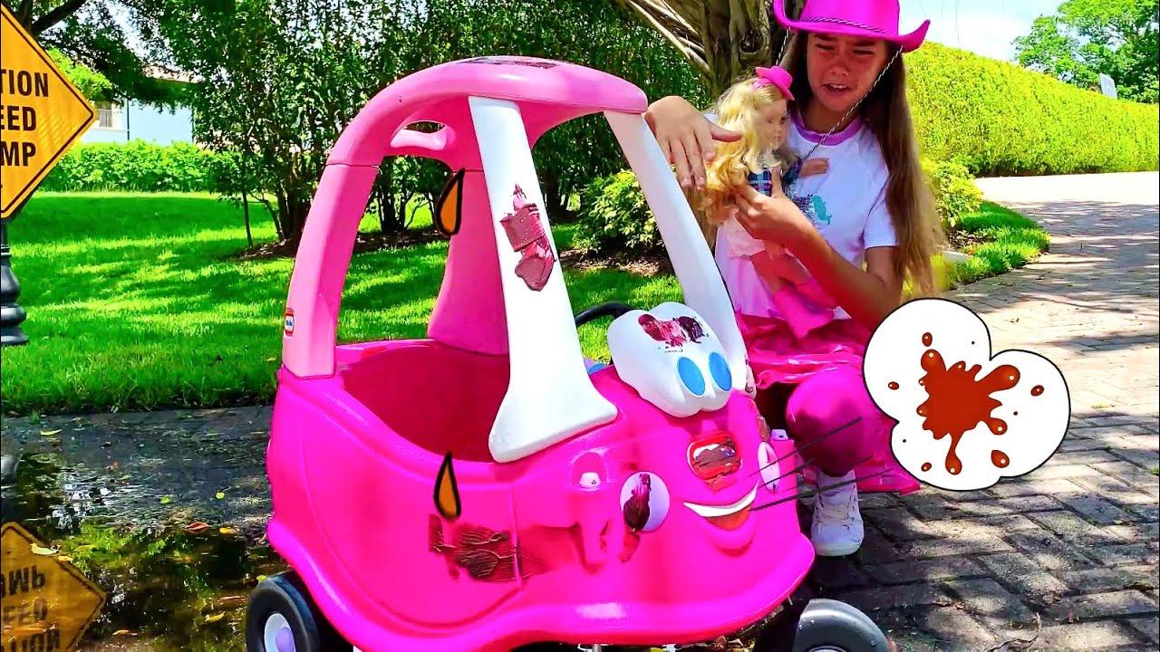 Mia mengendarai truk derek dan bermain di penjualan Sofa mainan untuk anak anak.