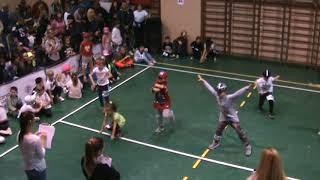 Малыши танцуют хип-хоп.