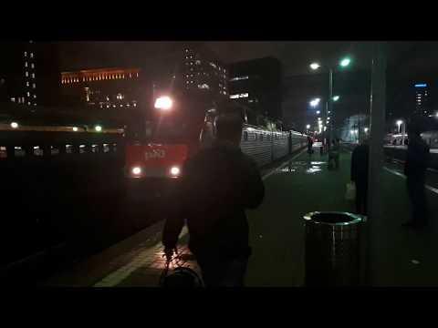 Электровоз ЧС7-037 подает под посадку скорый поезд № 141В Москва - Льгов/Курск
