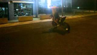 alvaro y juan con la ktm quemando rueda en don benito