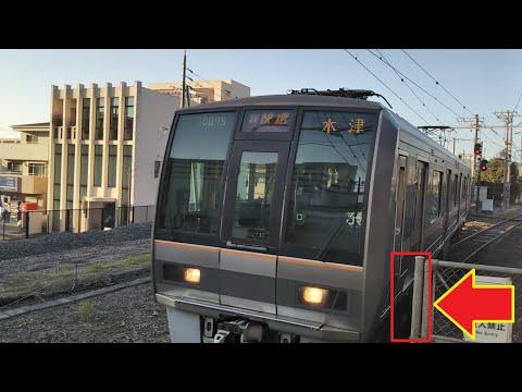 急カーブ合流のため車両限界ギリギリで木津駅に到着してくる片町線上り207系