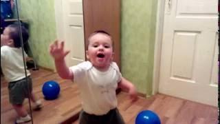 """Ребёнок (1 год 1 месяц) танцует под """"Мегахит"""" Burito"""
