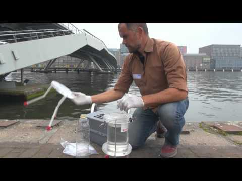 Marcus Eriksen is looking for microplastics in the ij-river Amsterdam