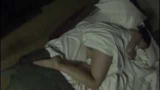 Yarı çıplak Uyuyan Kız arkadaşa Kötü şaka