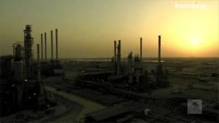 النفط يتراجع وسط ضغوطات وفرت المعروض وقبيل بيانات المخزون