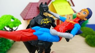 Супергерои: Бэтмен и Чудо Женщина. Видео с игрушками для детей.