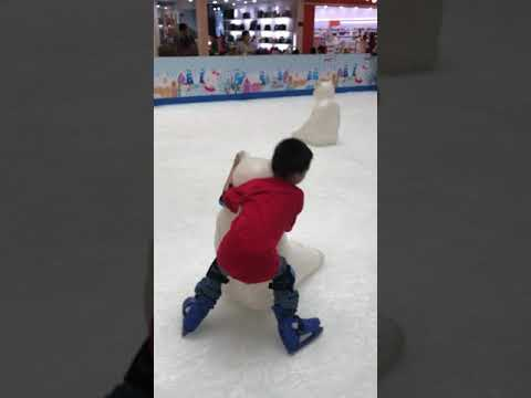 Simon darren first ice skating in Vietnam Nov 2017