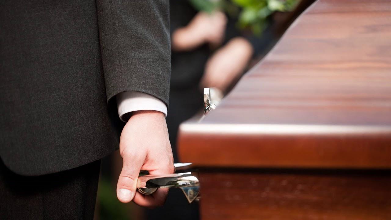 К чему снится живой человек мертвым во сне в гробу, на кладбище?