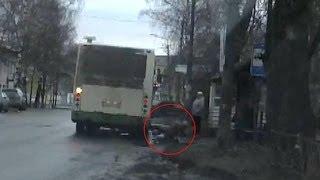Женщина упала под автобус. Котлас.(, 2014-04-17T21:48:25.000Z)