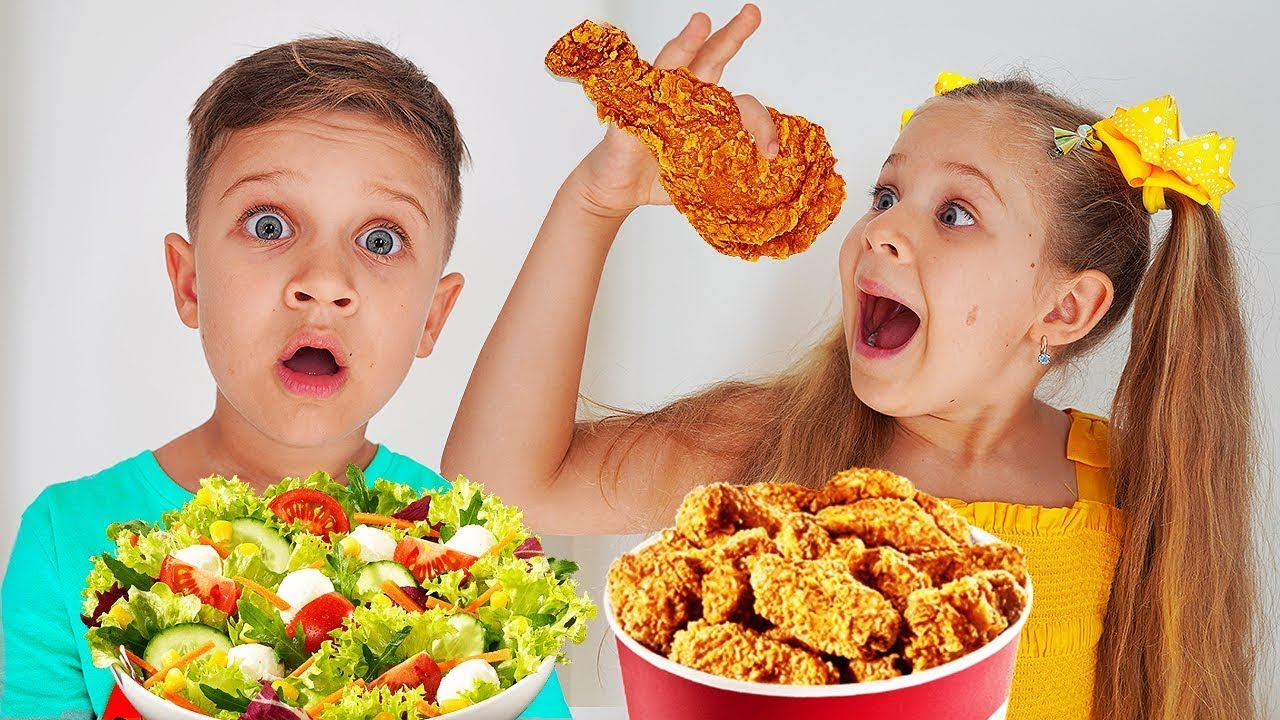 ديانا وروما يتظاهران بلعب المدرسة وتناول طعام غير صحي