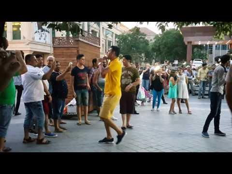 Танцы арабов в центре Баку