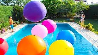 Adriana y Ali juegan con globos de colores