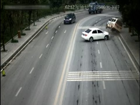 Speeding Driver Injures 4 in Southwest China Traffic Accident