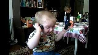 маленький мальчик решает проблемы по телефону.
