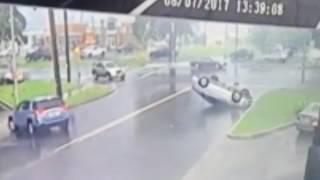 """""""فيديو"""" شاهد إعصار يتسبب في انقلاب سيارة في الولايات المتحدة الأمريكية"""