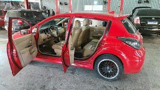 Nissan Tiida com interior bege // Caçador de Carros