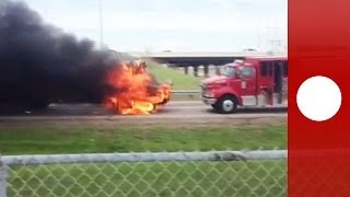 Hors de contrôle : Un bus scolaire en feu roule droit sur un camion de pompiers aux Etats-Unis