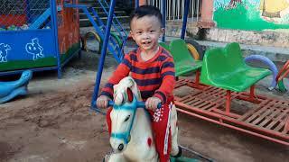 Bé chơi với con ngựa sắt tuyệt đẹp