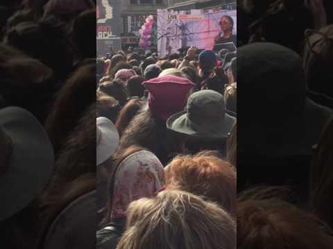 Kerry Washington dropping the mic - Women's March LA 2017