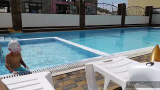 Бассейн отель Венера 4 в Витязево. Детки купаются в сентябре.