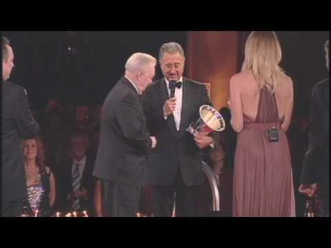Billy Sherrill�pting the BMI Icon Award at the 2010 BMICountry Awards