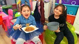 Öykü wants to eat Black Noodle Masal feeds Sister