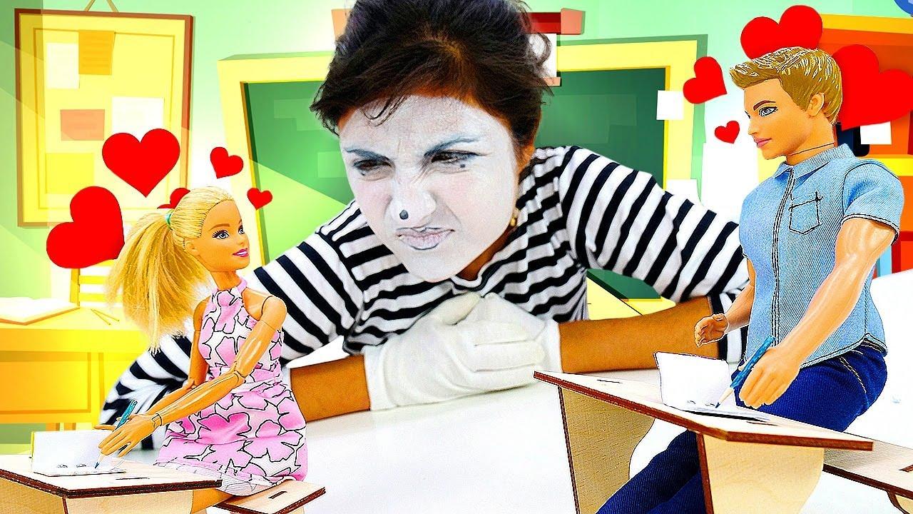 Ein Tag in der Schule. Der Clown verliebt sich in Ken