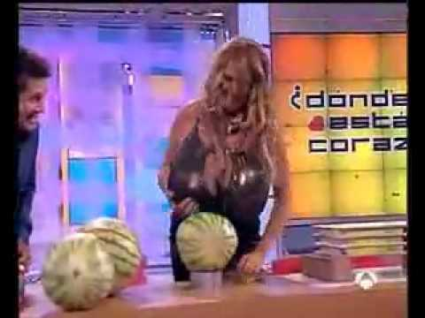 Download Frau zerschlägt mit ihren Titten Melonen