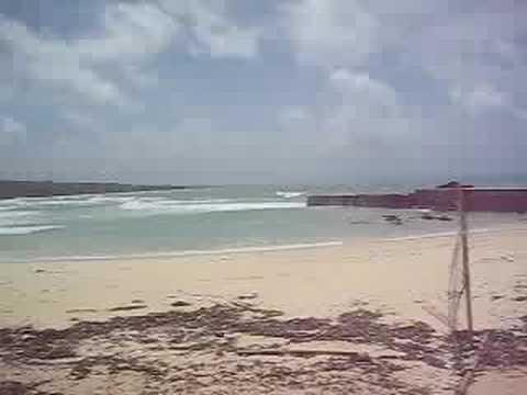 台風7号カルマエギの影響を受ける沖縄離島の海