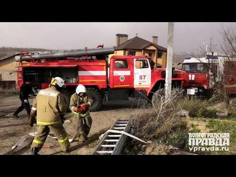 На севере Волгограда огонь перекинулся на частные дома