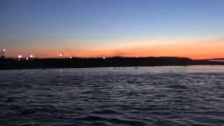 На резиновой лодке через реку енисей. В ручную. Видео высокой четкости.