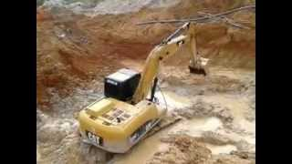 Repeat youtube video escavadeira Caio no garimpo 04