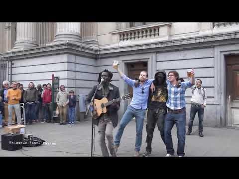 Artista de rua canta e encanta com a a de Bob Marley