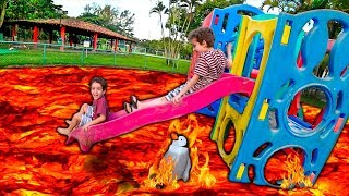 O Chão é Lava no Parquinho com Balões - The Floor is Lava Challenge and Kids Pretend playtime