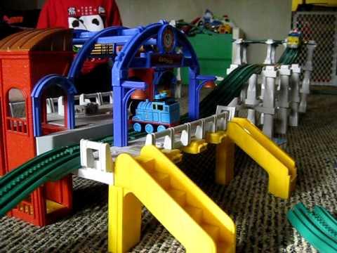 Lego Thomas the tank engine vs Geo the motorized Geotrax engine