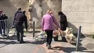 Policier abattu à Avignon : des fleurs et des bougies sur les lieux du drame