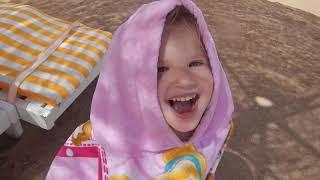 VLOG. КИНДЕР СЮРПРИЗ Kinder JOY египетский открываем на пляже Шарм Эль Шейха на море