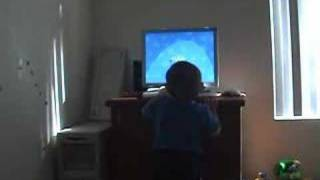 עומר משחק בחדר שלו
