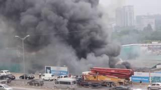Cháy lớn trên đường Phạm Hùng, cột khói đen mù mịt