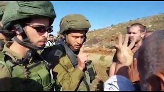 חיילים תוקפים פלסטינים שמחו על סלילה לא-חוקית של כביש על אדמתם הפרטית