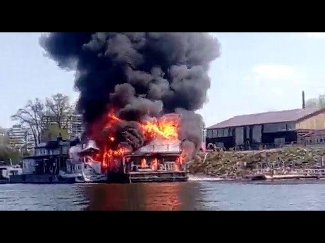 Дебаркадер на Сухой Самарке горит