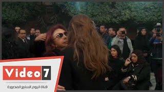 بالفيديو.. نبيلة عبيد وميرفت أمين ودلال عبد العزيز والجداوى فى عزاء زوج ابنة فيفى عبده