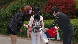 Adolescent Girl Gets Her First Period Without Knowing   Social Experiment 女孩第一次来月经浑然不知,有路人默默脱下了自己的外套