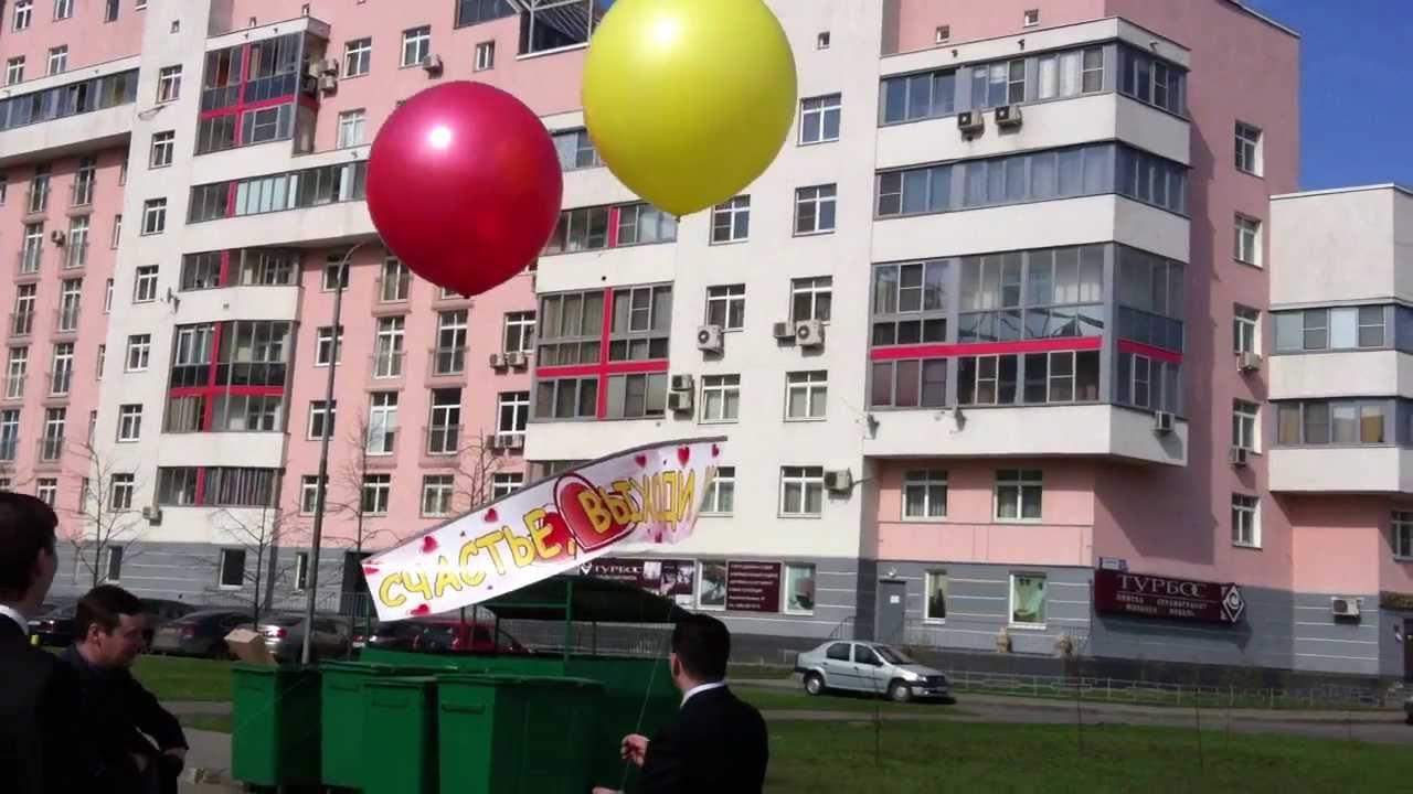 Баннер-плакат на двух больших шарах