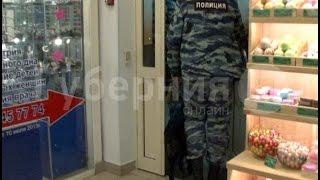 Камеры видеонаблюдения записали кражу в одном из хабаровских магазинов.MestoproTV(, 2016-11-13T23:49:35.000Z)