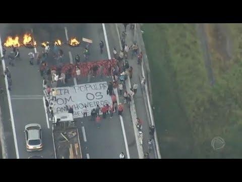 Caminhoneiros liberam trechos da rodovia Régis Bittencourt (SP)
