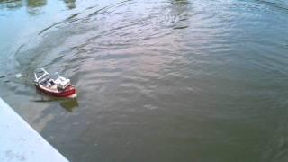 Ловля рыбы с помощью радиоуправляемого катера